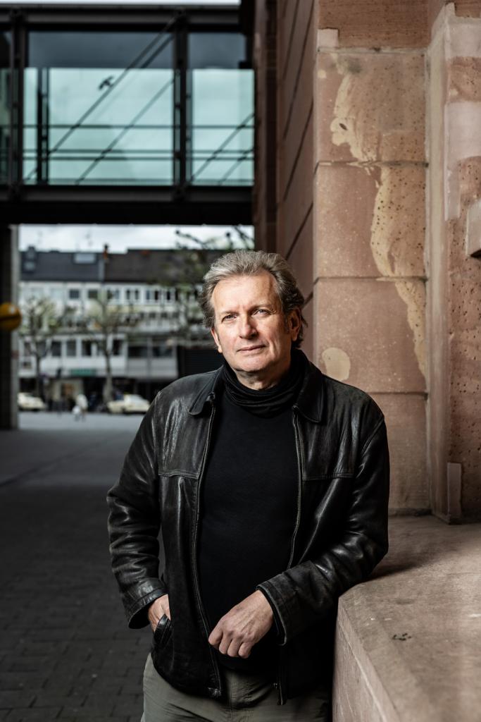 Kandidat für den Bundestag: Prof. Dr. Gerhard Trabert steht angelehnt an eine mauer.