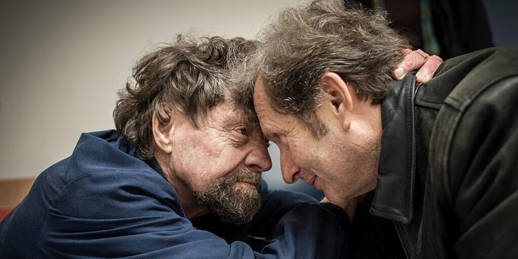 Solidarität und sozale Gerechtigkeit: Dr. Gerhard Trabert bei der Behandlung von Herrn Dusa. Die beiden schauen sich tief in die Augen.