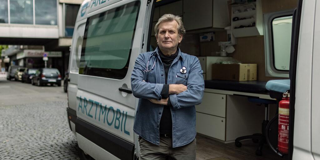 Gesundheit: Prof. Dr. Gerhard Trabert mit seinem Arztmobil in der Mainzer Fußgängerzone. Foto: Christof Mattes