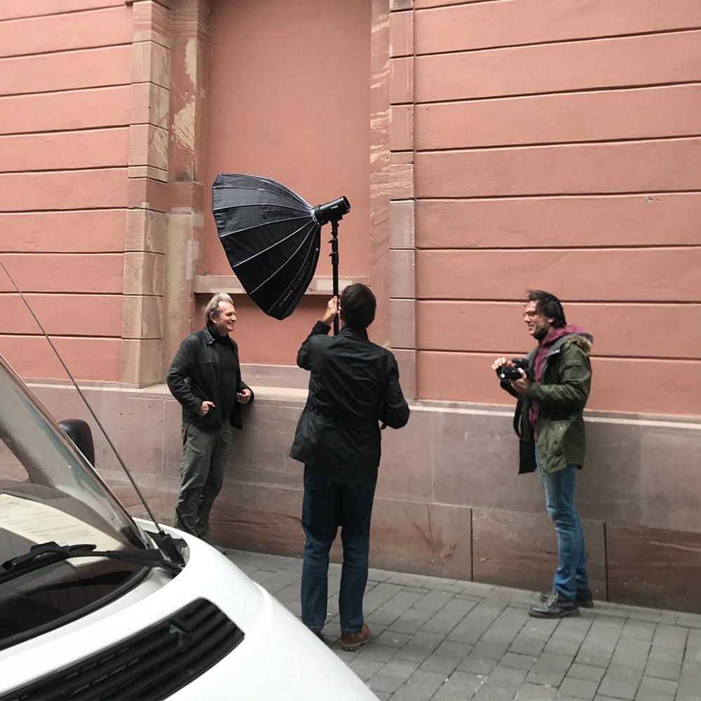 Plakat-Fotoschooting in Mainz mit Prof. Dr. Gerhard Trabert im Bild vor einer Hausmauer stehend.