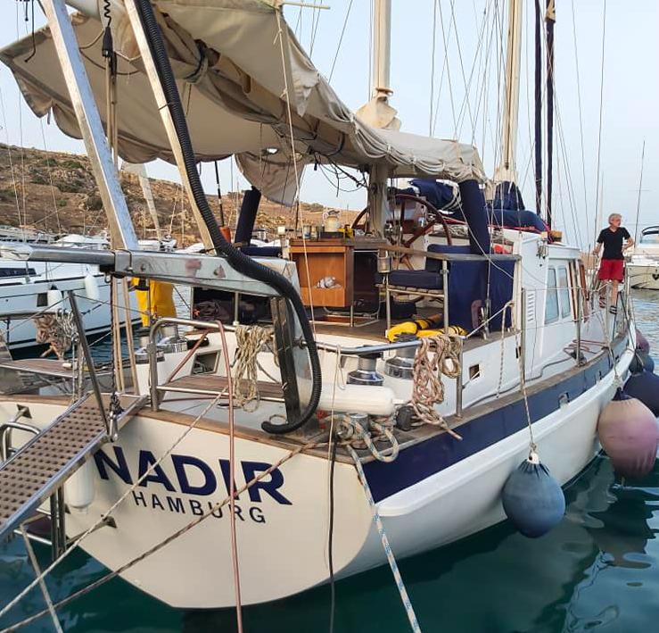 Bild vom Boot der Nadir in einem Hafen.