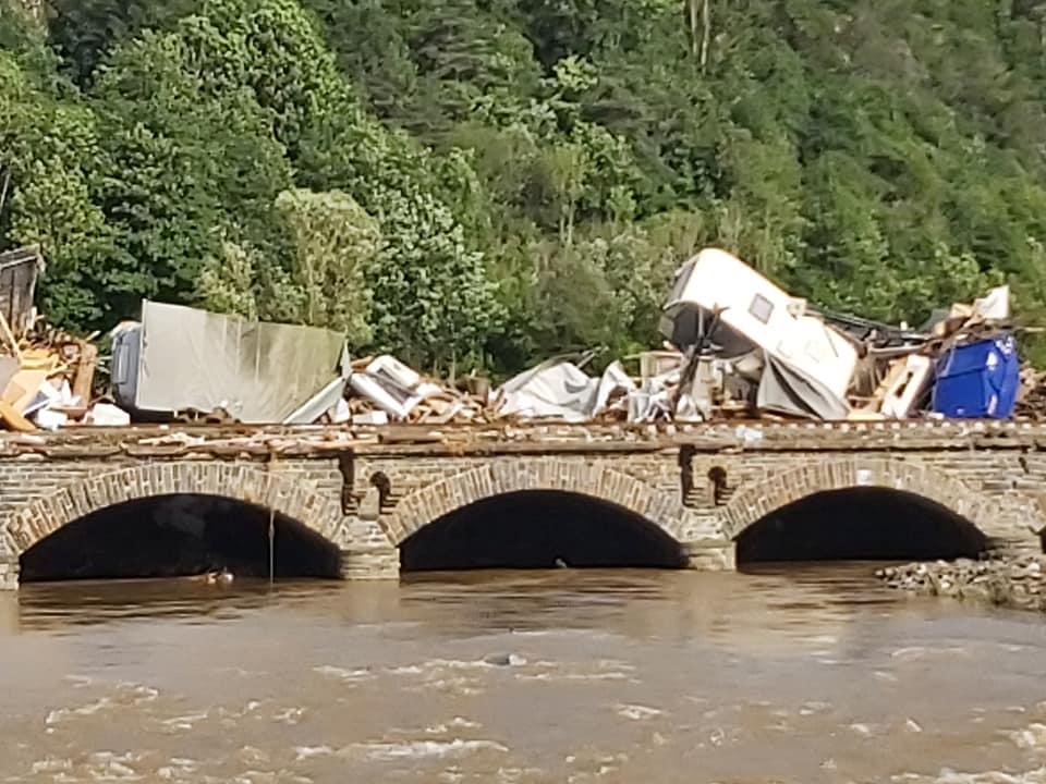 Bild vom Flut-Katastrophengebiet mit Schutt auf einer Eisenbahnbrücke..