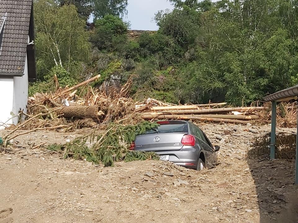 Bild vom Flut-Katastrophengebiet mit Auto im Schutt..