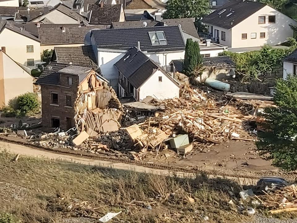 Luftaufnahme vom Flut-Katastrophengebiet mit zerstörten Häusern.