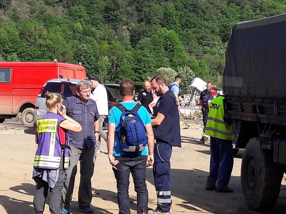 Bild von Prof. Dr. Gerhard Trabert mit anderen Menschen im Flut-Katastrophengebiet.