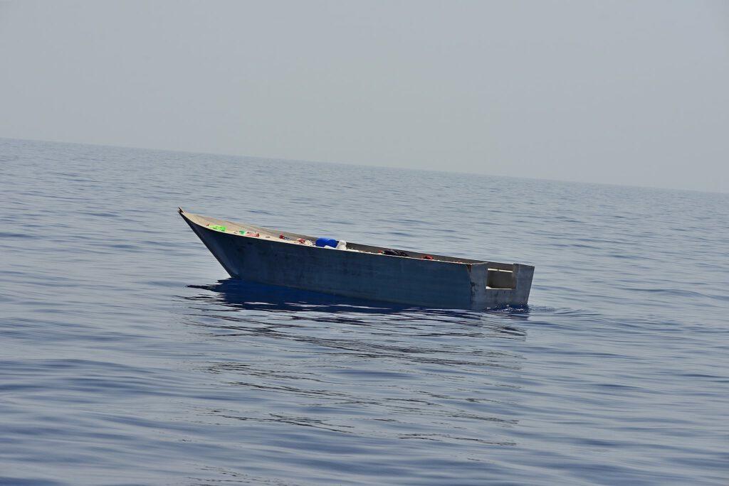 Leeres kleines Boot auf dem Mittelmeer.