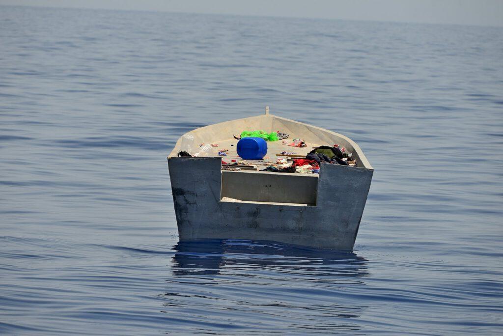 Leeres kleines Boot auf dem Mittelmeer mit verstreutem Hab und Gut.